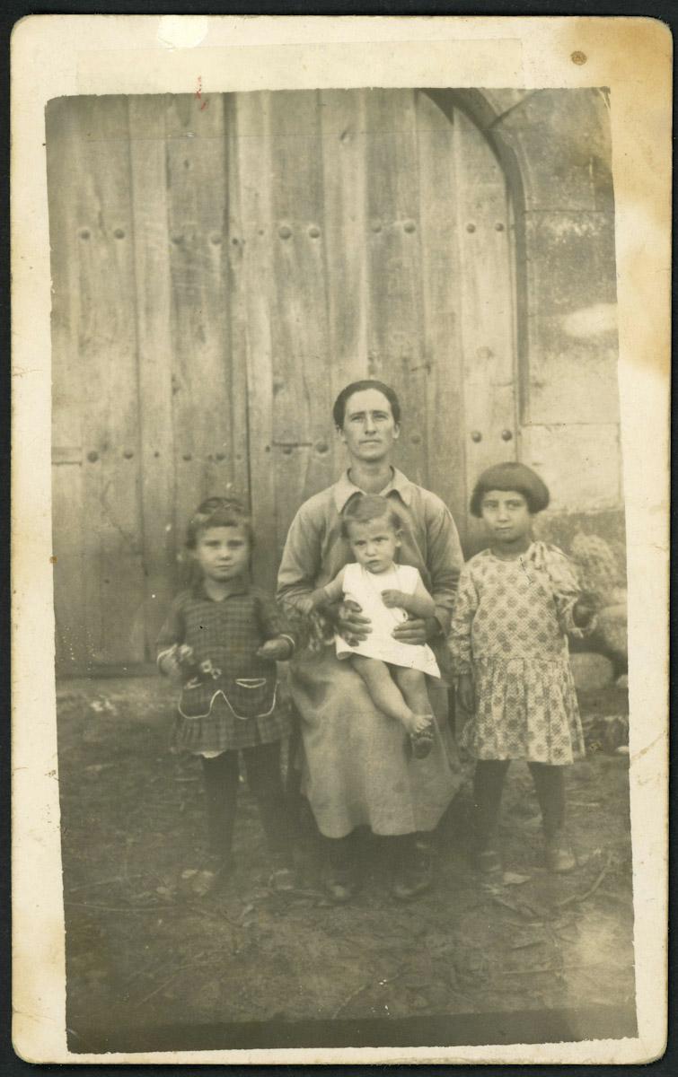 Adela Viejo con sus tres primeras hijas en Lugán