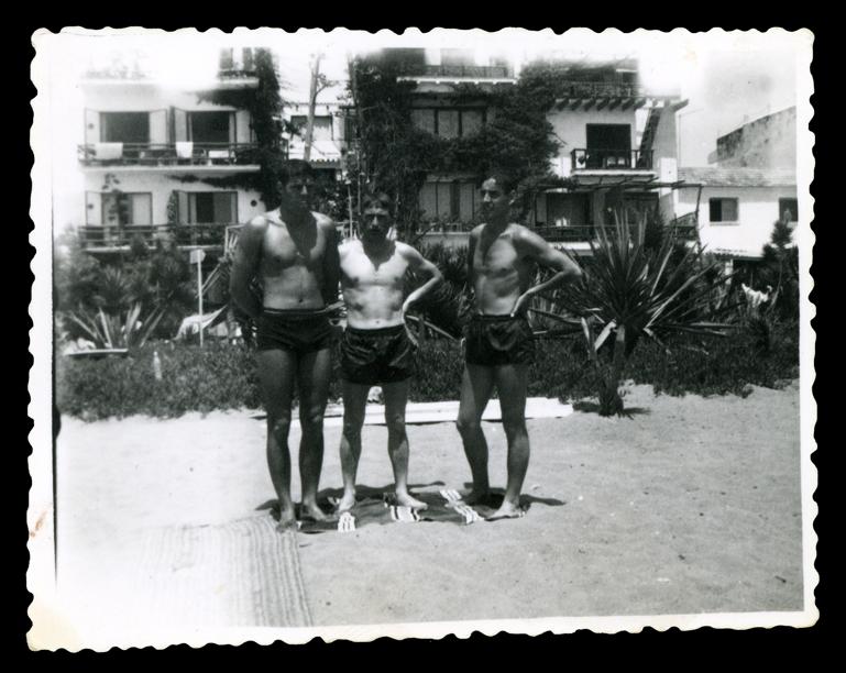 Andrés Martín y dos amigos en la playa de la Carihuela en Torremolinos