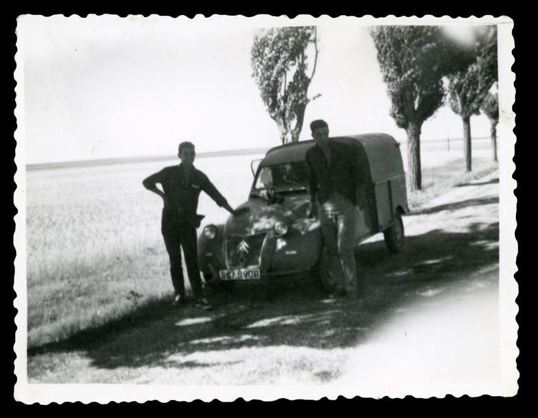 Andrés Martín e Ignacio García con una furgoneta en Peñaranda de Bracamonte