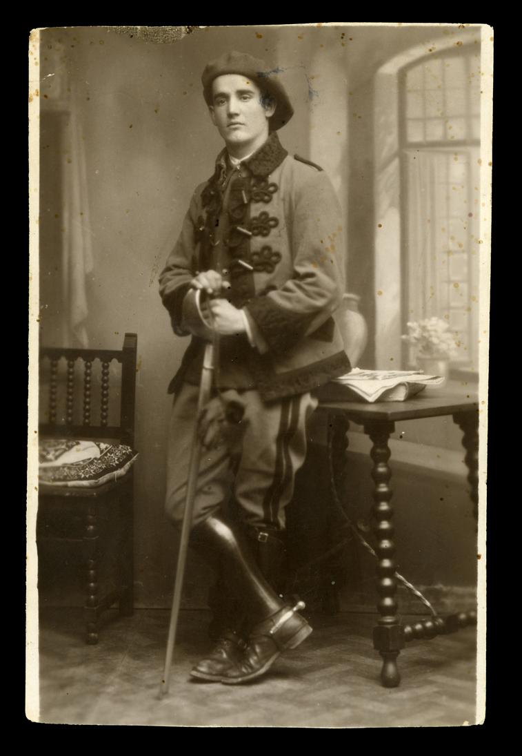 Manuel Martín vestido con el traje del Regimiento de Caballería Farnesio en Valladolid