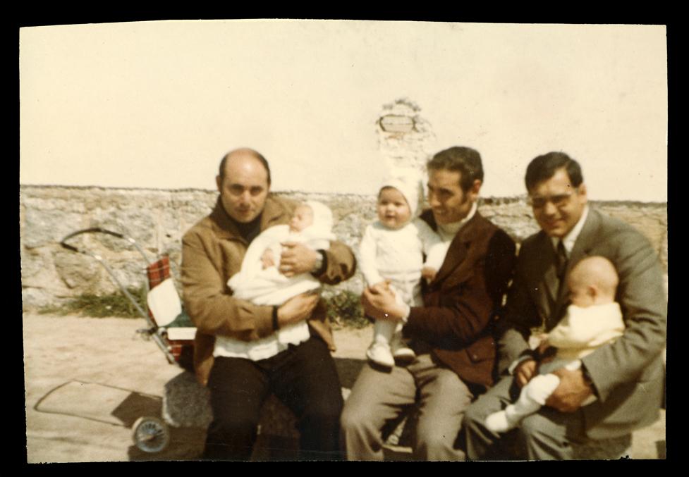 Andrés Martín, José Monsorío y Manuel Nava con sus hijos en Peñaranda de Bracamonte