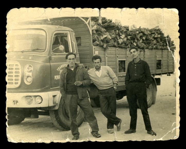 Andrés Martín y dos compañeros de trabajo con un camión de leña en Peñaranda de Bracamonte