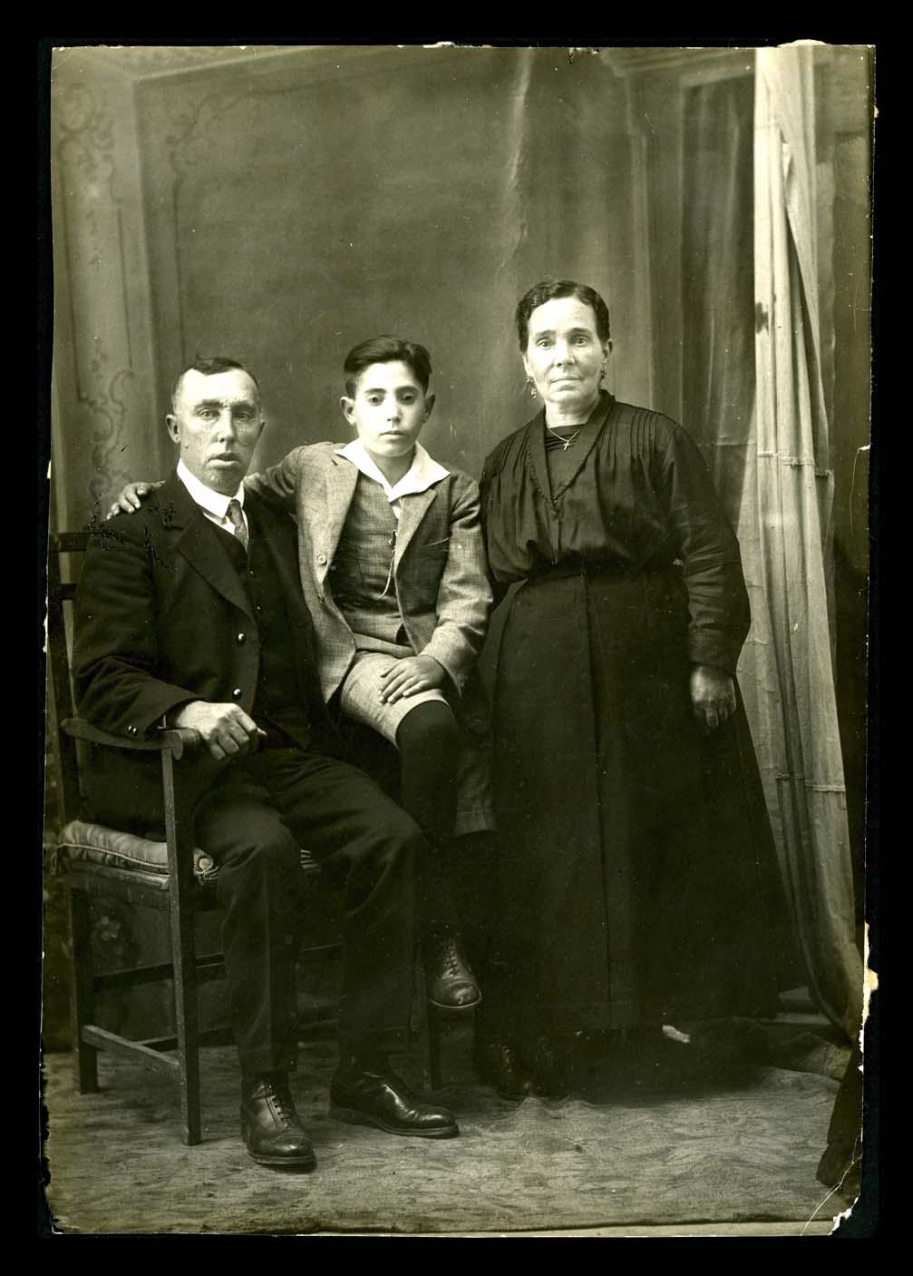 Retrato de estudio de Juan Antonio Pierna y Servanda Martín con su hijo Pedro