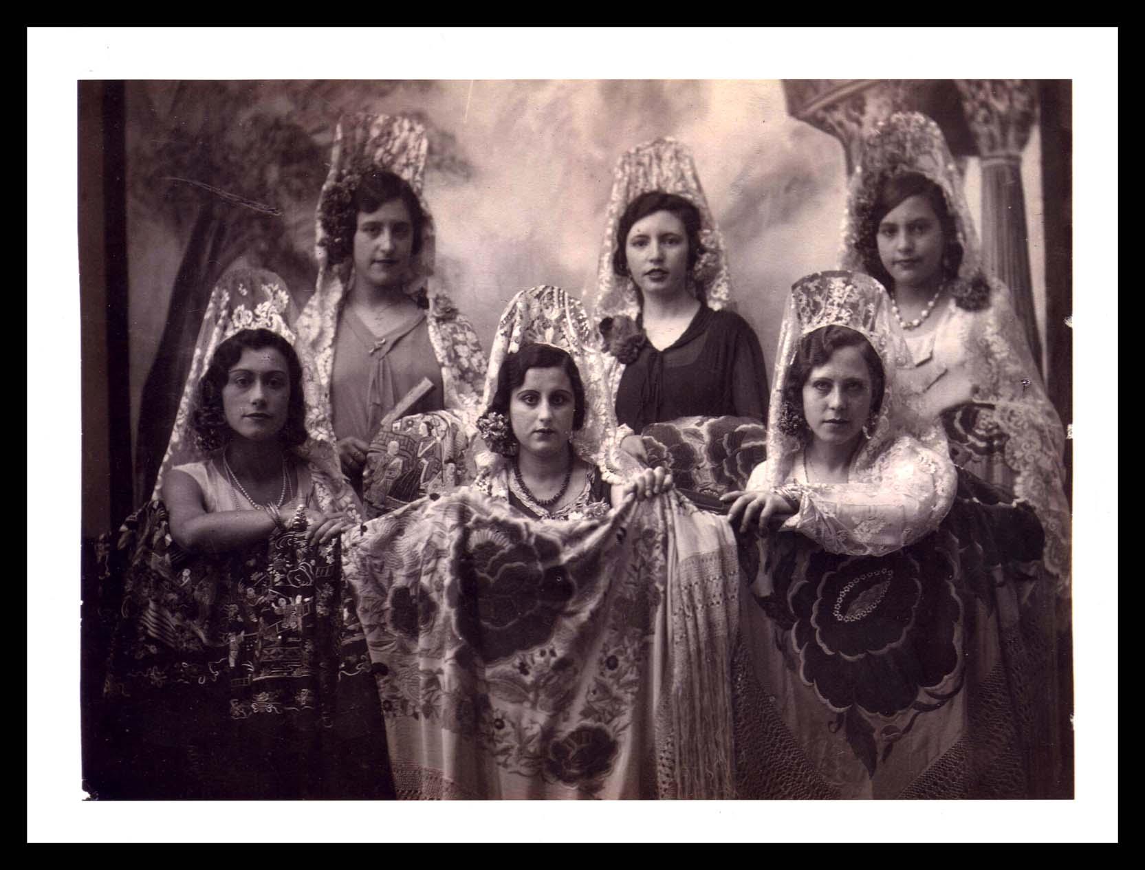 Foto de estudio de Eulalia Hernández Álvarez y sus amigas en Peñaranda de Bracamonte