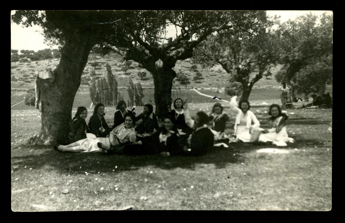 Eulalia Hernández Álvarez y sus amigas en el campo en Valdejimena