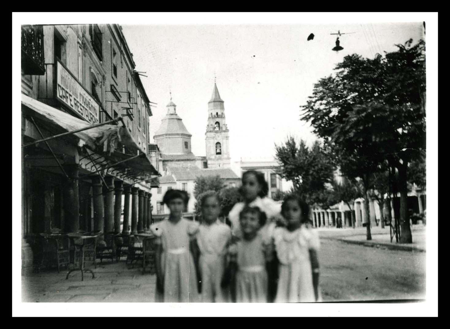 Grupo de niños en la plaza de Peñaranda de Bracamonte