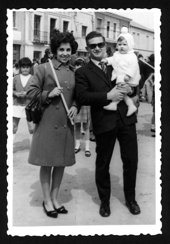 Ana Mª Pierna y su marido posando junto a su hija el Viernes Santo en Peñaranda de Bracamonte