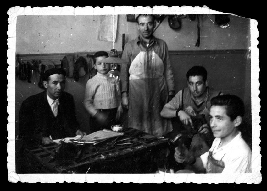 Antonio Sánchez con su padre en la zapatería