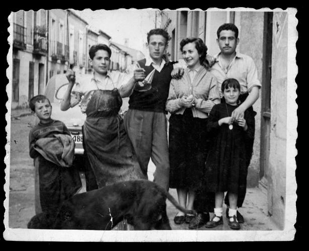 Antonio Sánchez posando con familiares y amigos en Peñaranda de Bracamonte