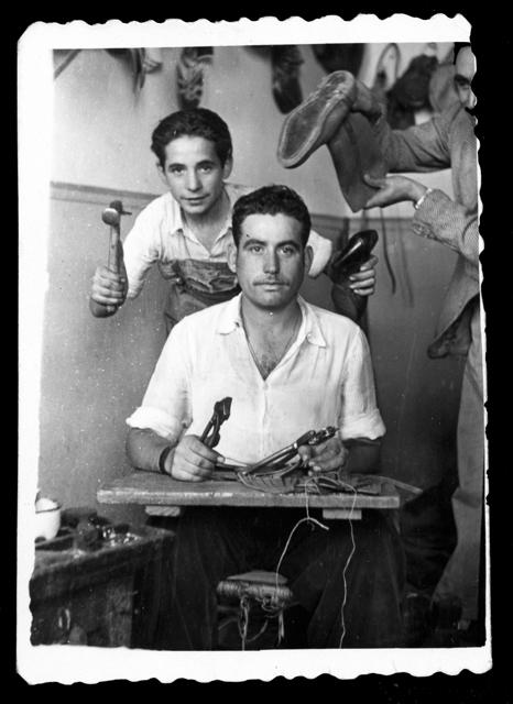 Antonio Sánchez y su hermano Candi en la zapatería