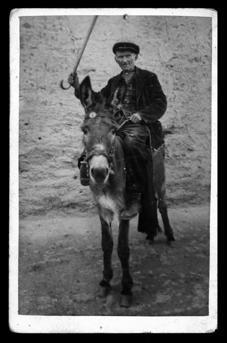 Abuelo de Antonio Sánchez montado en burro