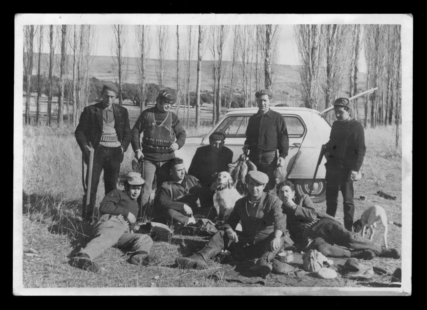 Antonio Sánchez posando con amigos en una cacería en Blascomillán