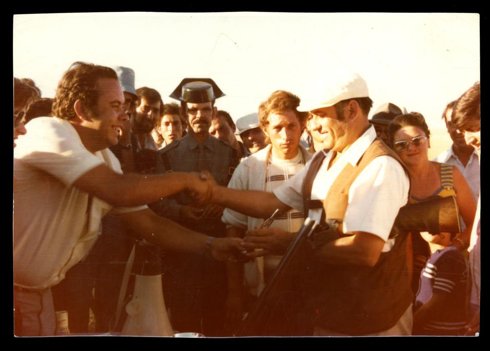 Antonio Sánchez recogiendo un trofeo en Cantaracillo I