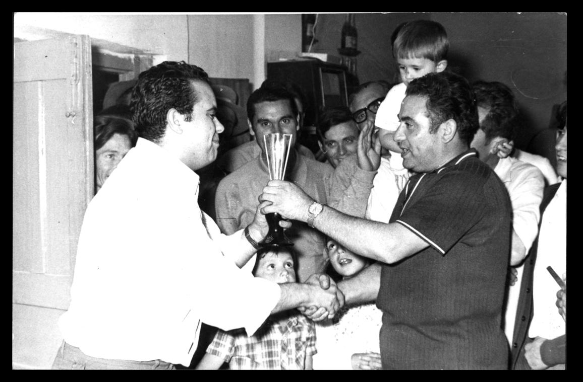 Antonio Sánchez recogiendo un trofeo en Cantaracillo II