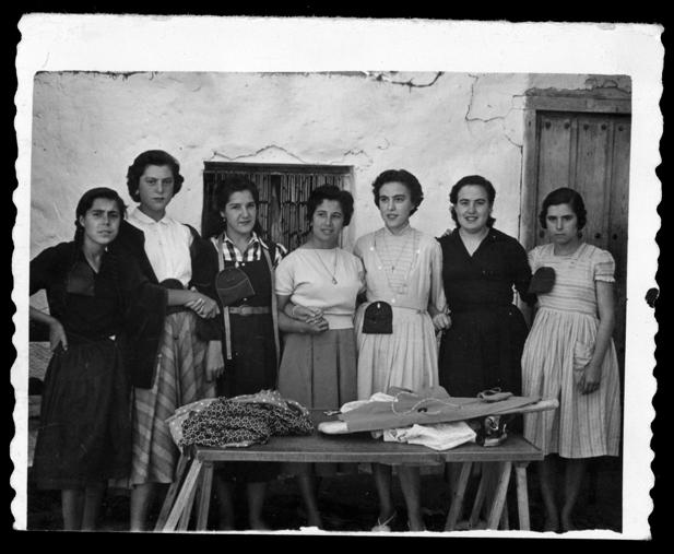 Laly García posando con sus chicas del taller de costura en Peñaranda de Bracamonte