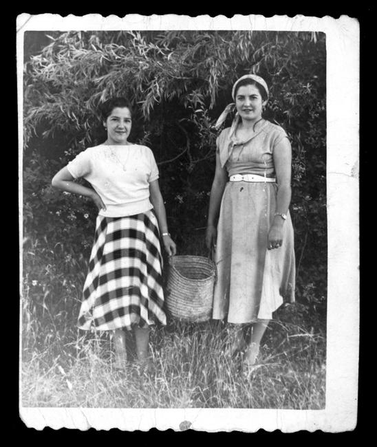 Laly García con una amiga un día de campo en Nava de Sotrobal