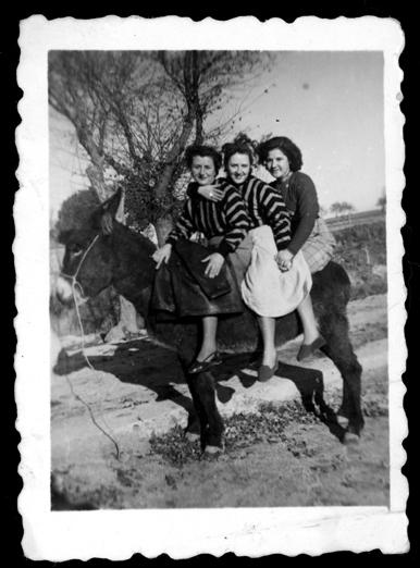 Laly García y dos amigas montadas en un burro