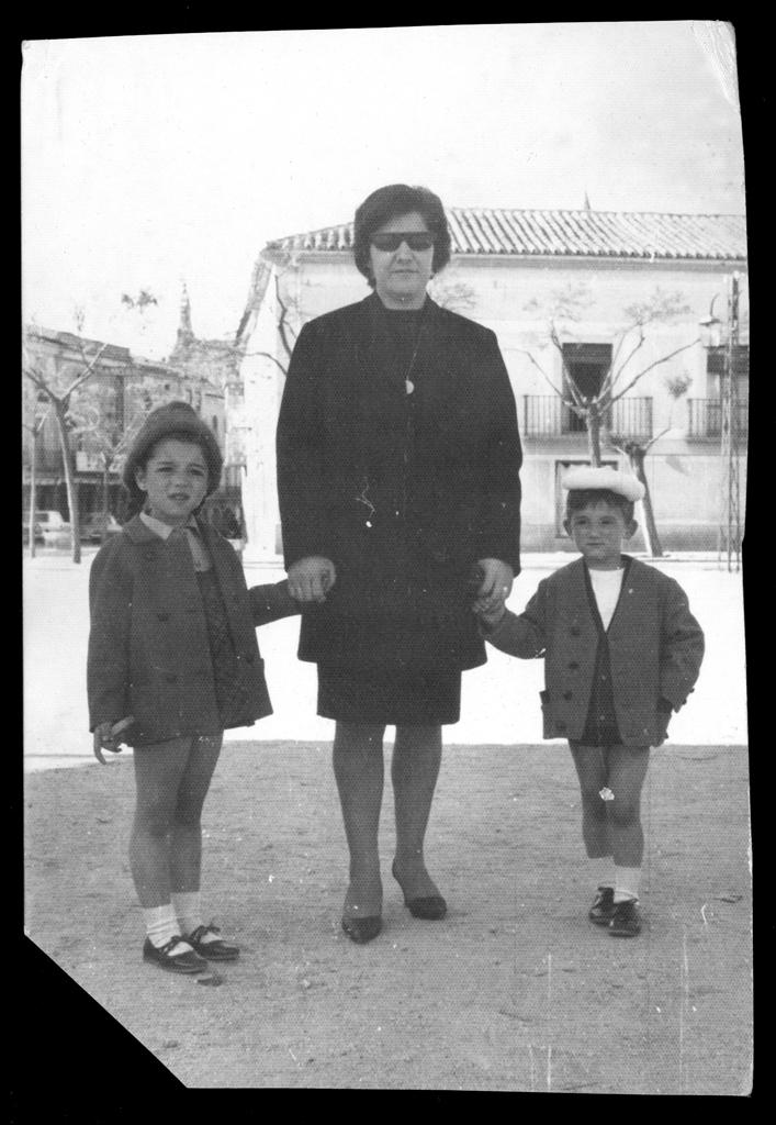 Laly García con sus hijos en la plaza de Peñaranda de Bracamonte