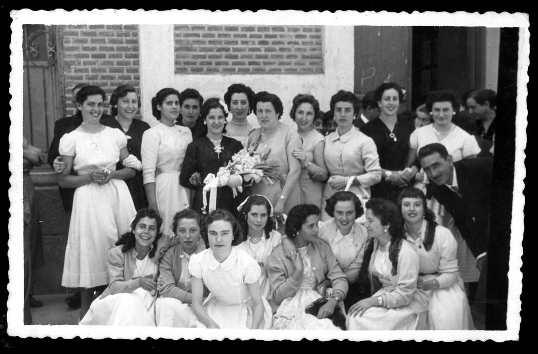 Laly García posando con sus amigas el día de su boda en Peñaranda de Bracamonte