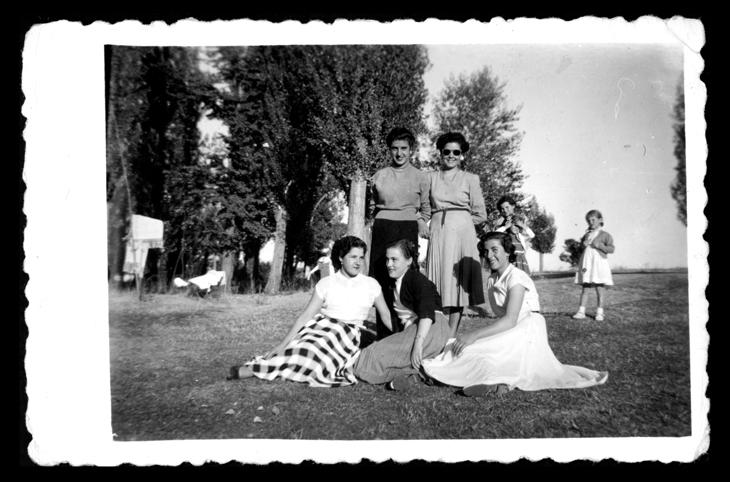 Laly García y cuatro amigas en el parque El Inestal