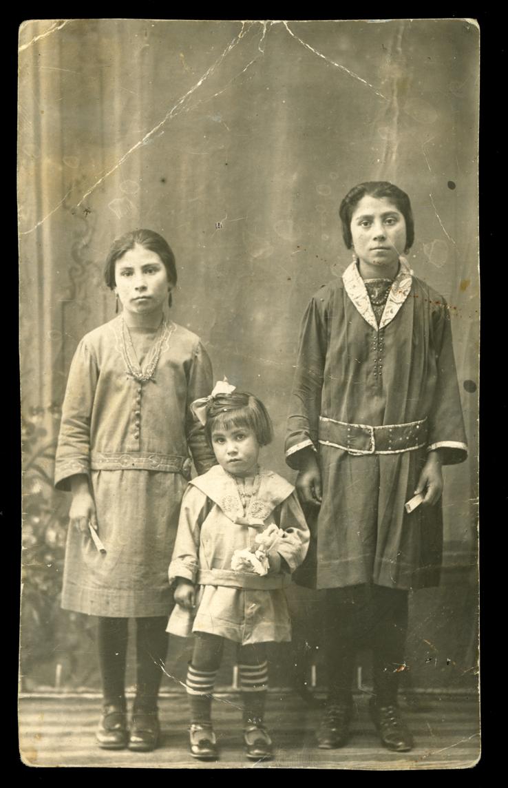 Anastasia, Francisca y Plácida posando en un estudio en Peñaranda de Bracamonte