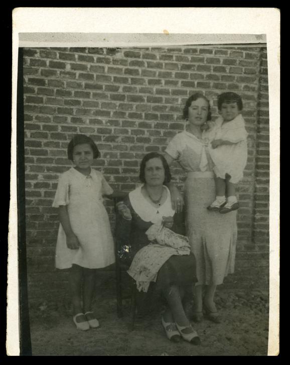 Gertrudis Ramos con su hermana Jesusa y dos primas en Peñaranda de Bracamonte