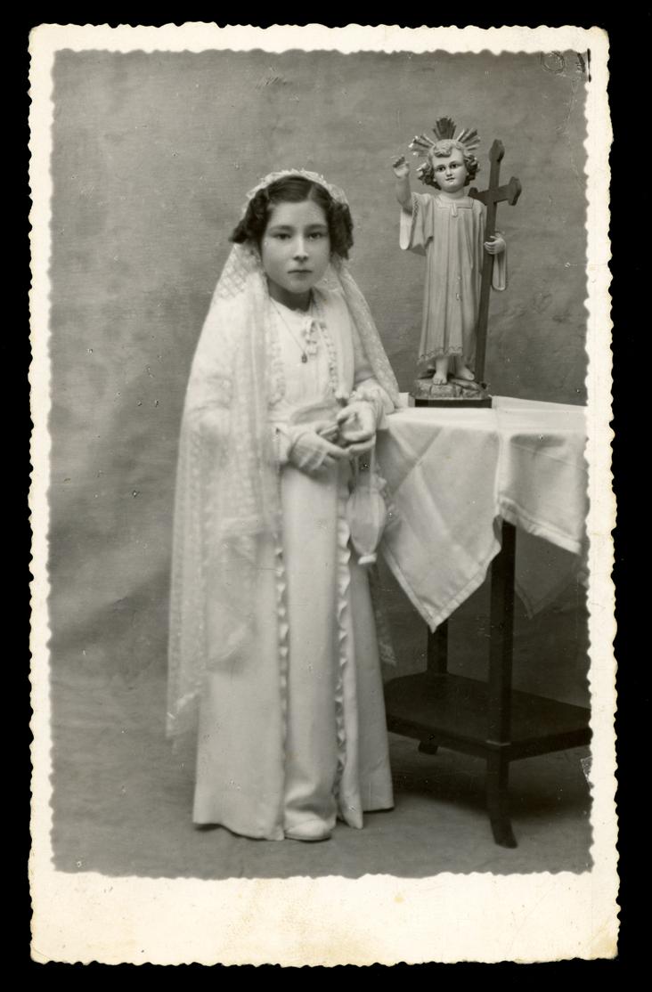 Foto de estudio de Gertrudis Ramos vestida de Comunión en Peñaranda de Bracamonte