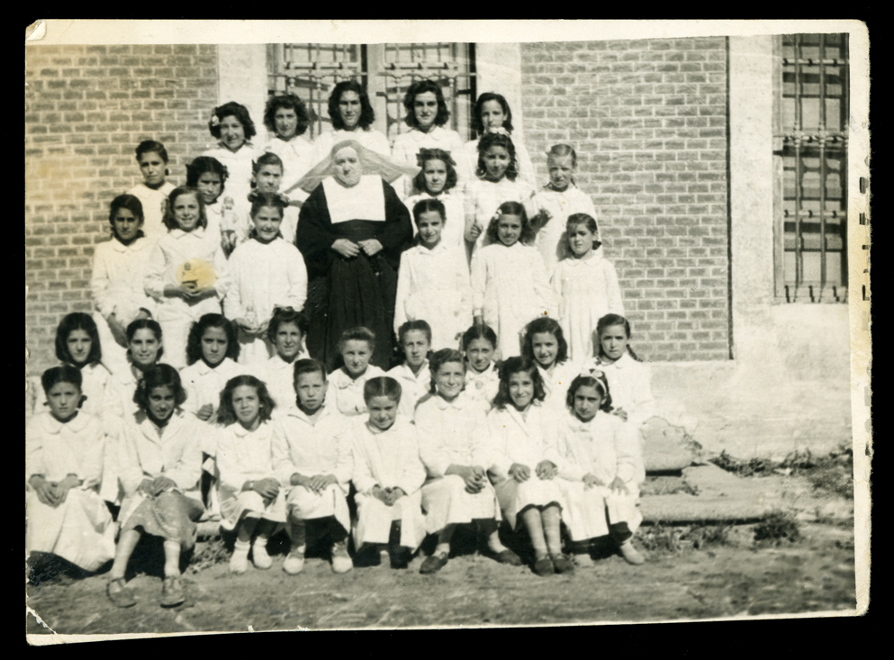 La maestra Sor Milagros con sus alumnas en el exterior del colegio en Peñaranda de Bracamonte