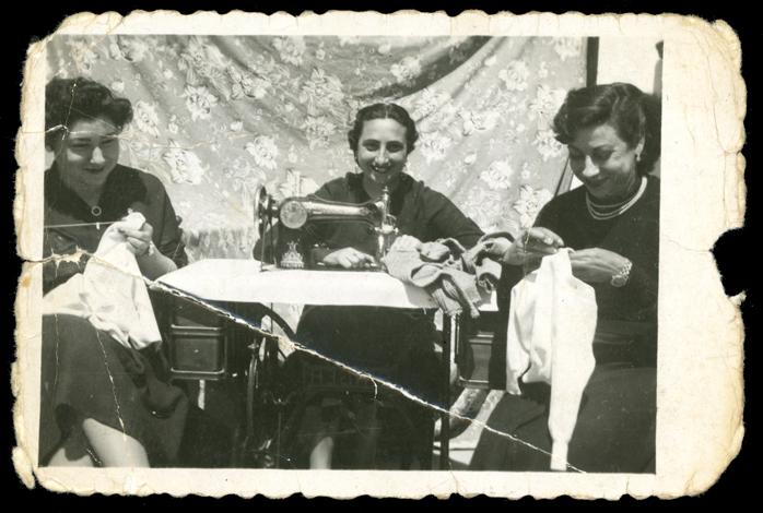 Gertrudis Ramos, Elisa y Julia en el taller de costura de Teodora Martín en Peñaranda de Bracamonte