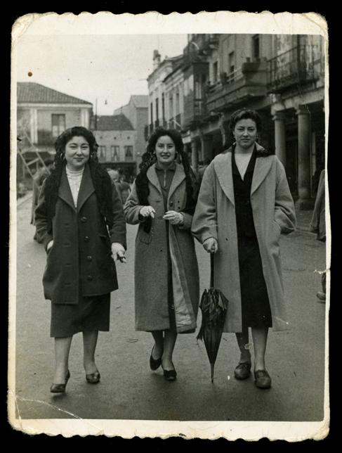 Gertru, Rosi y Tere paseando por la plaza en Peñaranda de Bracamonte
