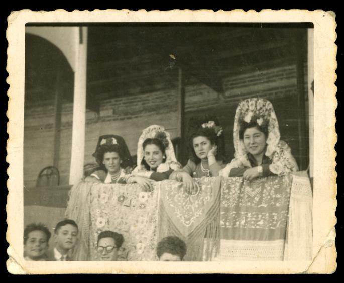Gertrudis Ramos y otras chicas vestidas con mantilla y peineta en la plaza de toros de Peñaranda de Bracamonte