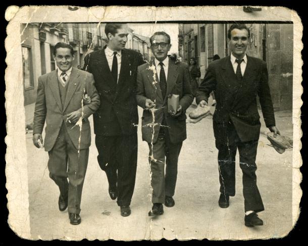 Manolo, Jesús, Sinfo y Demetrio caminando por una calle en Peñaranda de Bracamonte