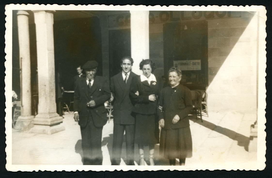 Salustiano Rodriguez y Manuela Alonso el día de su boda con los padrinos en la plaza de Peñaranda de Bracamonte