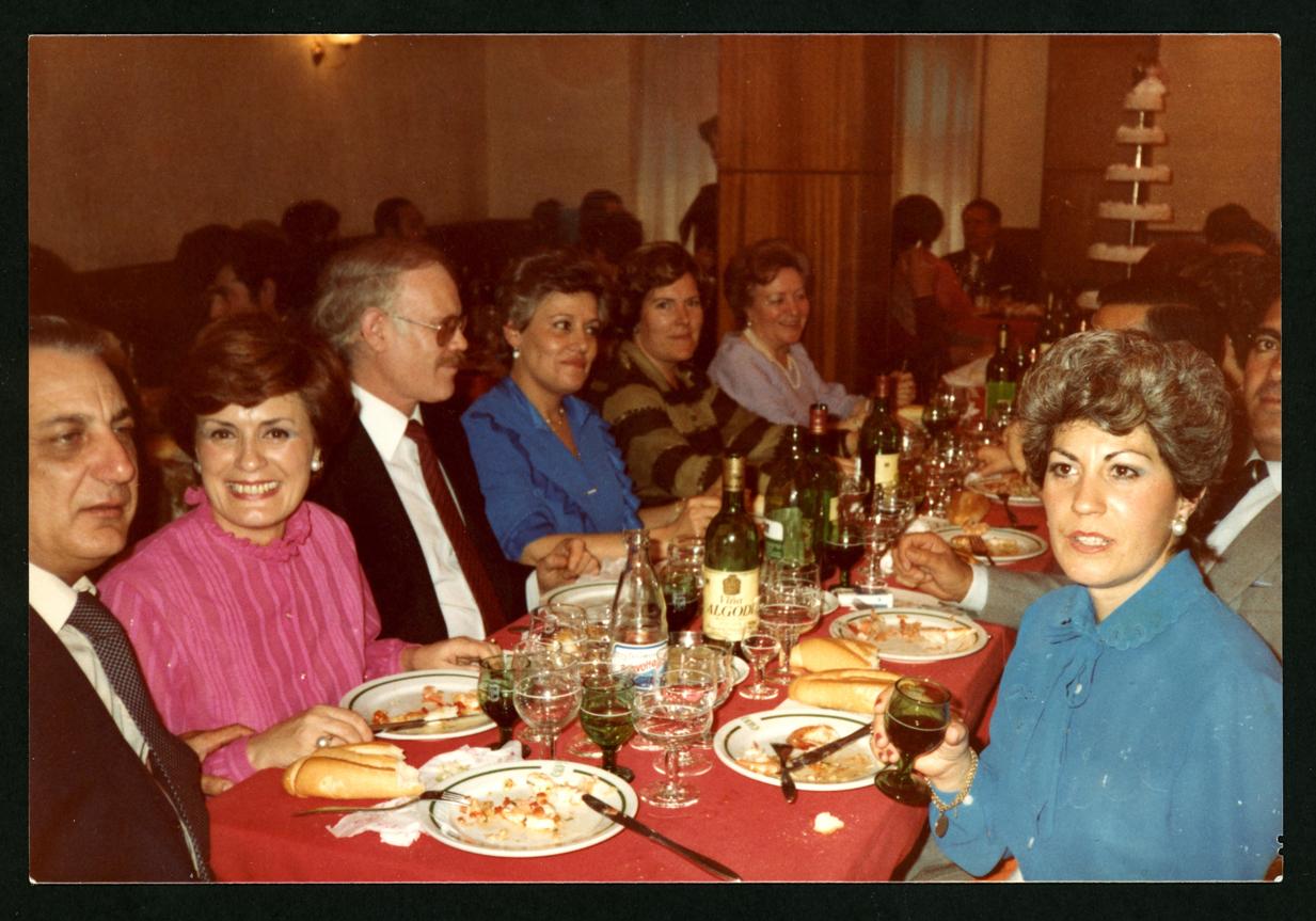 Luis, Pilar y Mª de las Nieves Villoldo comiendo en un banquete en Salamanca