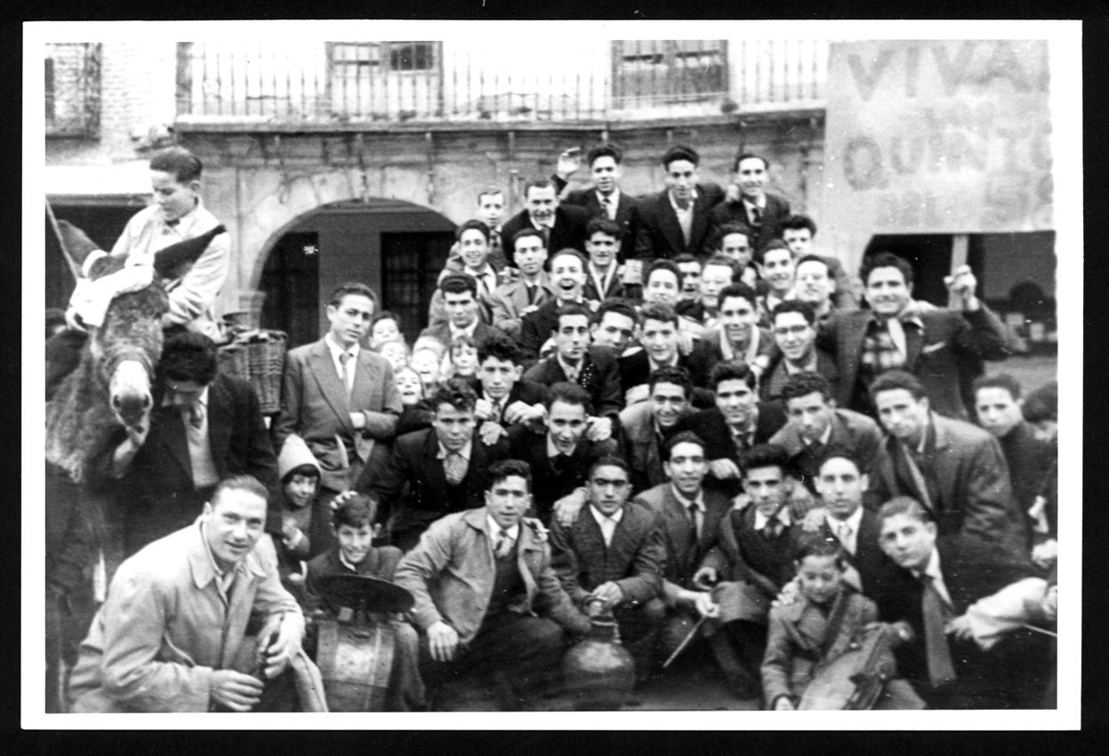 Los quintos del 58 posando delante del Ayuntamiento de Peñaranda de Bracamonte