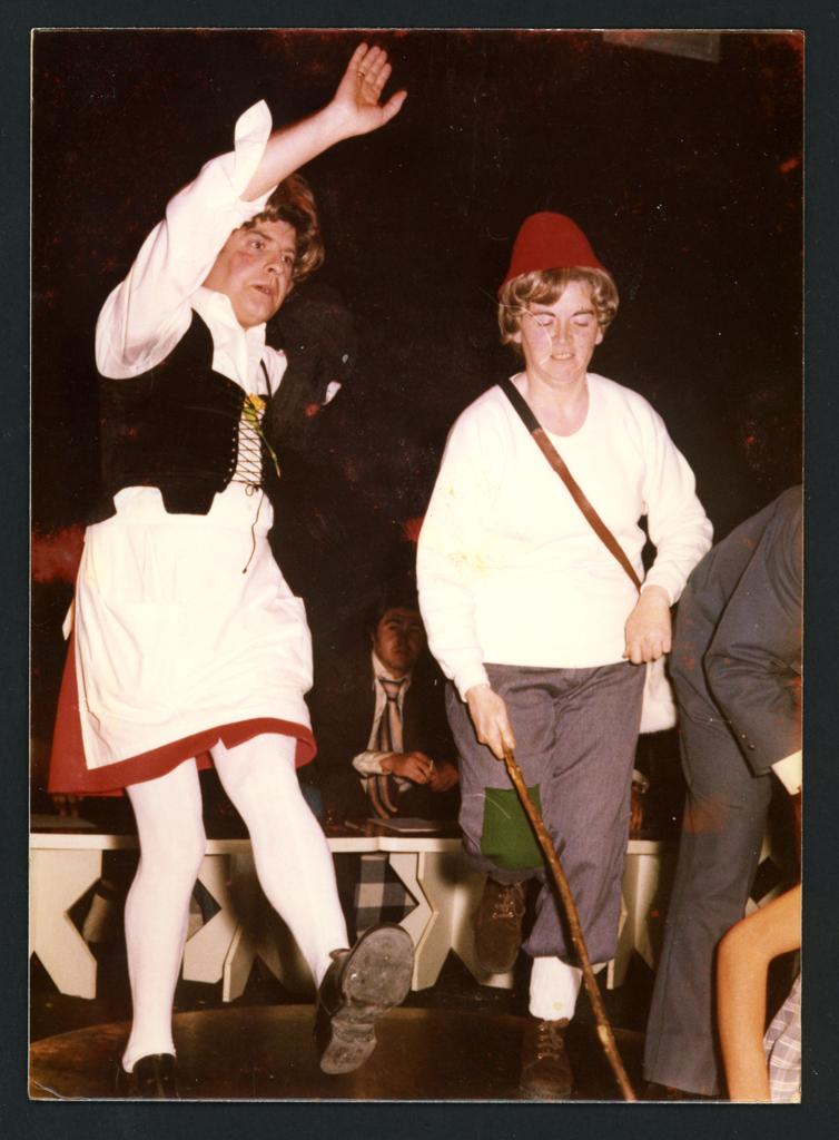 Dos personas disfrazadas bailando en Carnaval