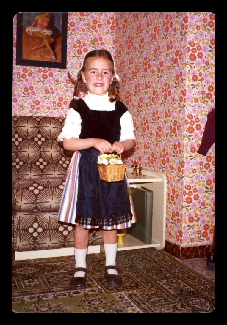 Mª Axulidora Villoldo disfrazada posando con una cesta en las manos