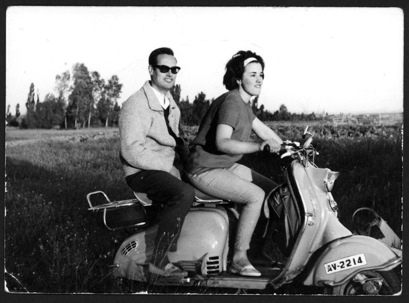 Manuel Alonso y Chelo González montados en una moto en el campo