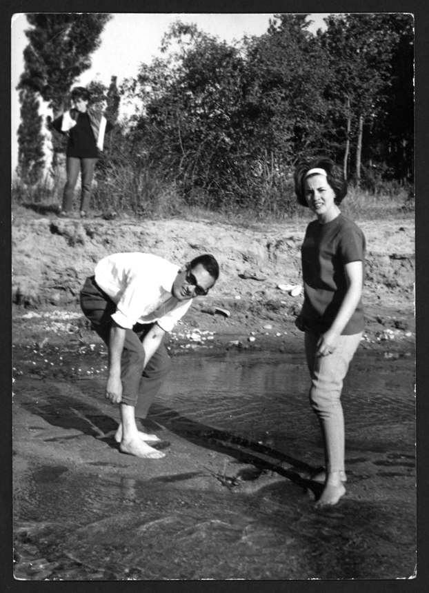 Manuel Alonso y Chelo González en el río San Pedro