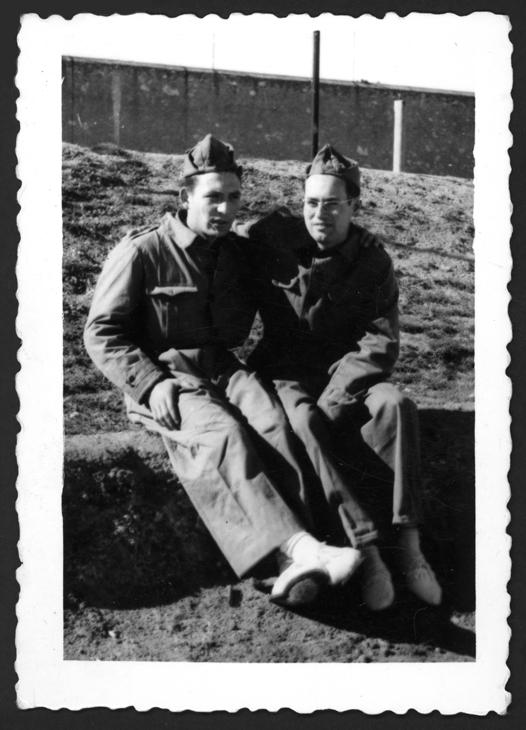 Manuel Alonso y su amigo Isidro Manueles en el servicio militar en Salamanca