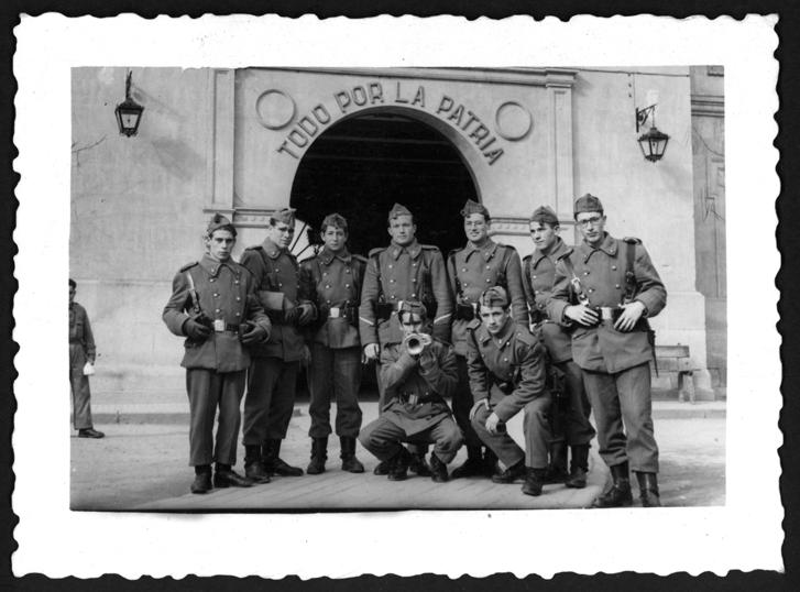 Manuel Alonso y sus compañeros militares posando en el cuartel en Salamanca