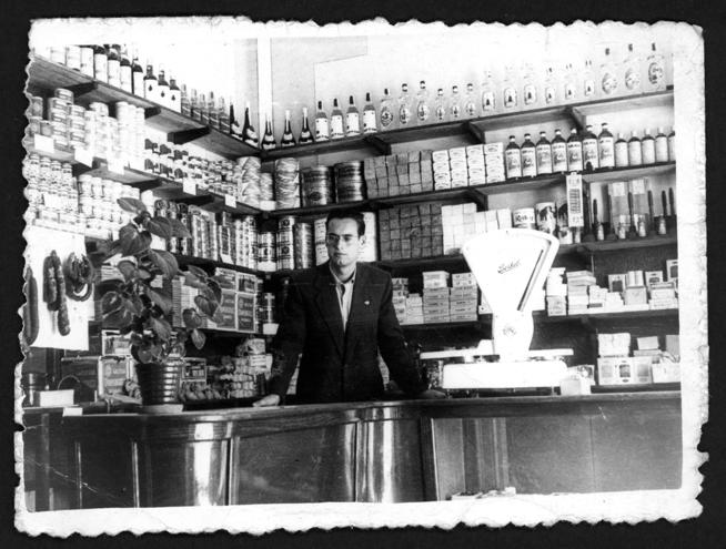 Manuel Alonso posando sobre el mostrador de la tienda en Peñaranda de Bracamonte
