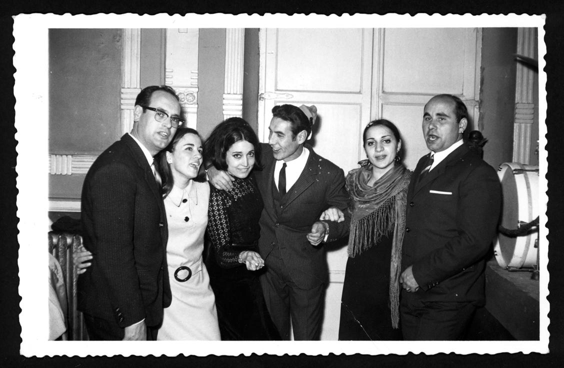 Manuel Alonso con su mujer y amigos en el Casino de Peñaranda de Bracamonte