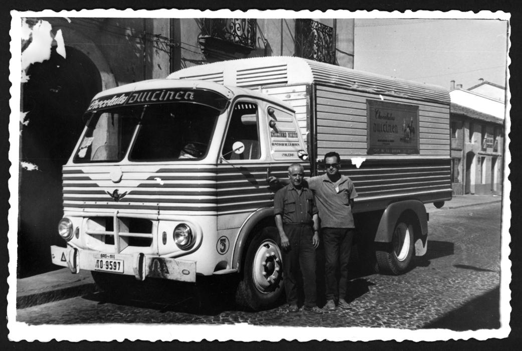 Manuel Alonso posando con un camión de Chocolates Dulcinea
