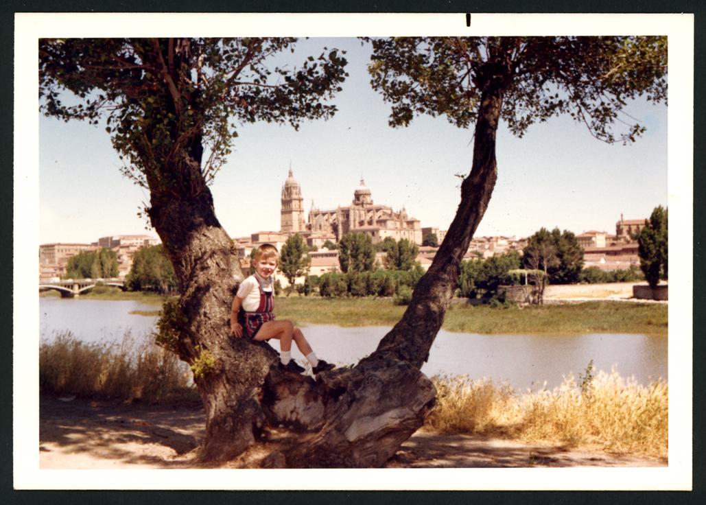 José Manuel Alonso sentado en un árbol en Salamanca