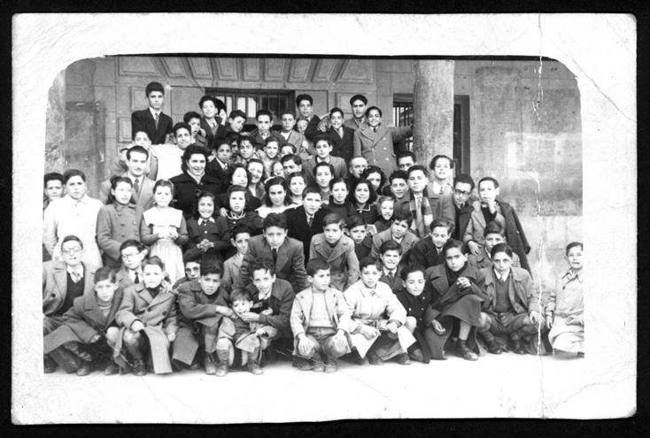 Manuel Alonso y sus compañeros de colegio en el exterior de la escuela de Peñaranda de Bracamonte