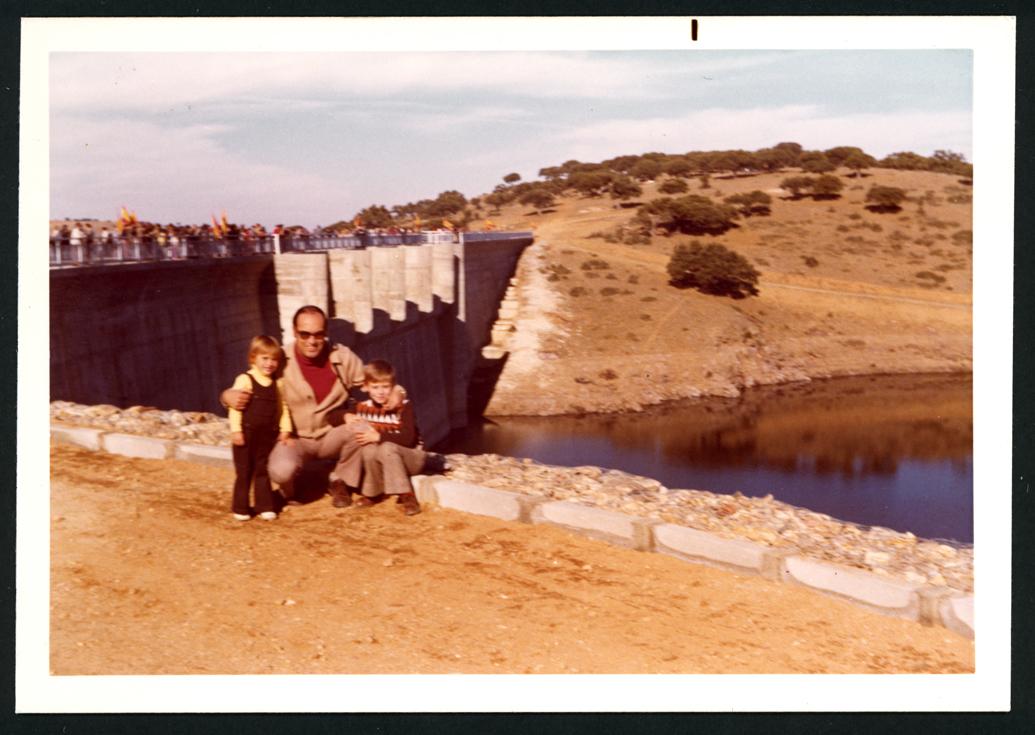 Manuel Alonso y sus hijos en la presa El Milagro