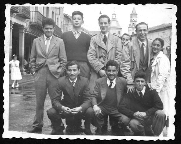 Manuel Alonso y sus amigos en la plaza de Peñaranda de Bracamonte