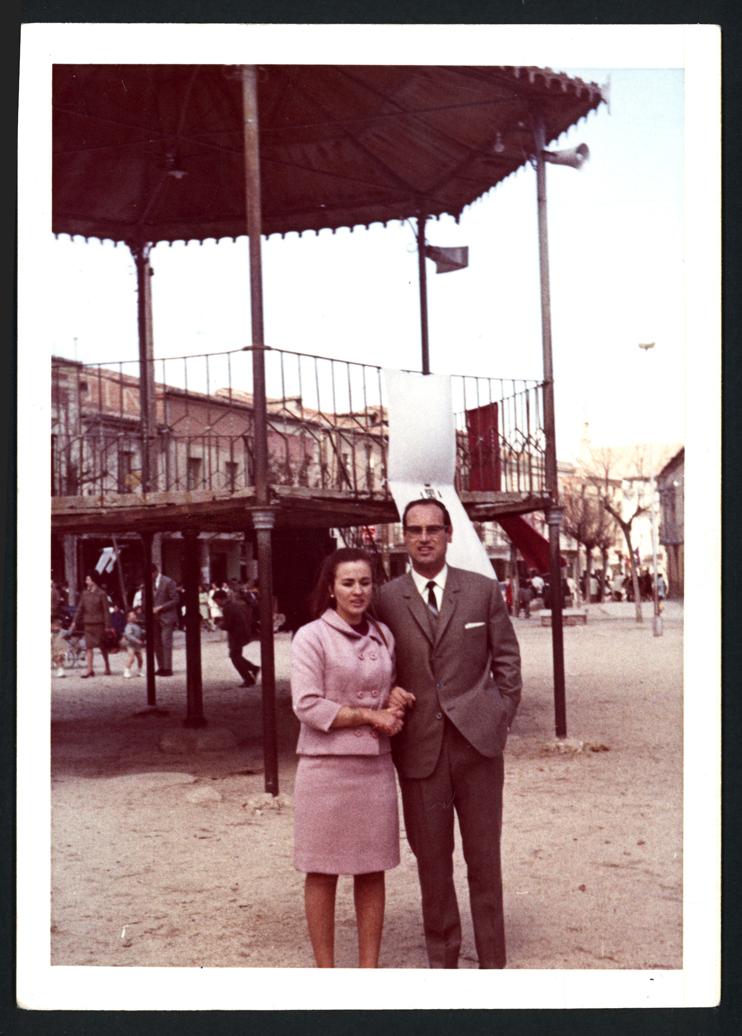 Manuel Alonso y su esposa en la plaza de Peñaranda de Bracamonte