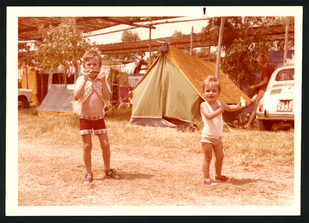 Los hijos de Manuel Alonso en un camping en Valencia